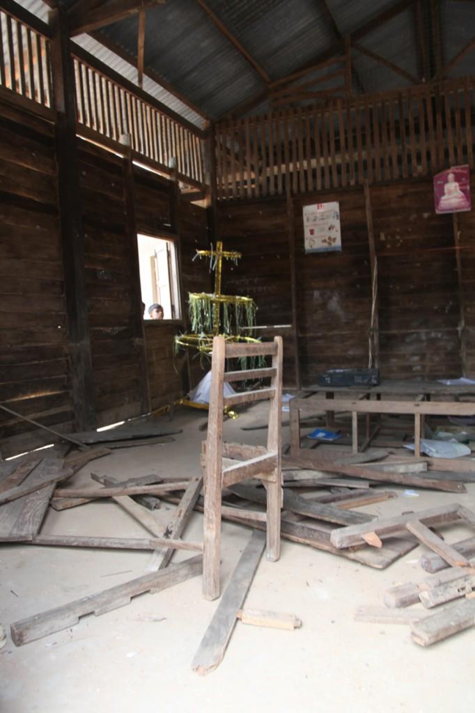 ハリケーン・ナルギス被害後の図書館。荒れ果てていて、本は全て片付けられている。